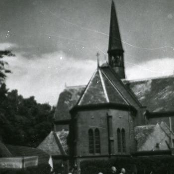 Zwart-wit foto van de processie bij de Sint Martinuskerk in Herwen 1975