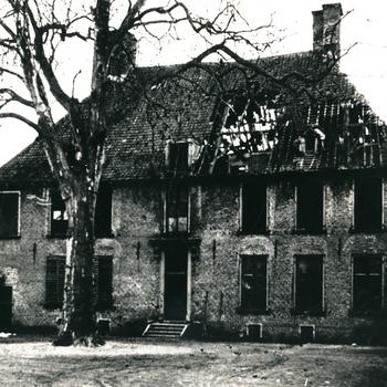 Zwart-wit foto van Huis Aerdt na de Tweede Wereldoorlog in 1945