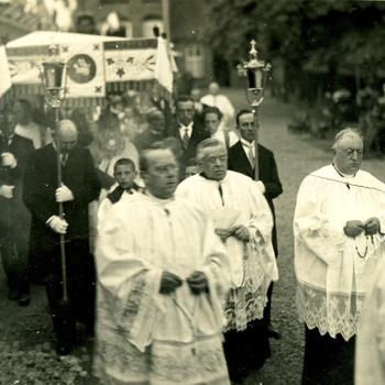 Zwart-wit foto van de processie in Herwen in 1920