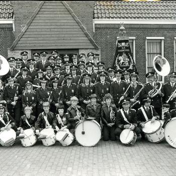 Zwart-wit foto van de rooms-katholieke harmonie Wilhelmina uit Pannerden in 1977