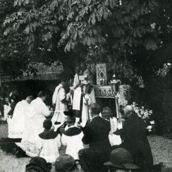 Zwart-wit foto van de processie in Herwen ca. 1930-1940
