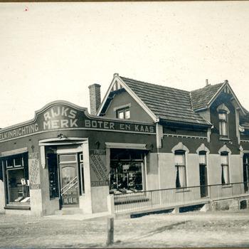 Zwart-wit foto van de zuivelfabriek en de broodbakkerij in Lobith 1931