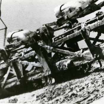 Zwart-wit foto van een baggermachine van de steen- en pannenfabriek Terwindt en Arntz in Spijk ca. 1930