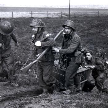Canadezen aan IJsseldijk april 1945.  WOII.