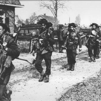 Canadese infanteristen bij het gemeentehuis.  WOII