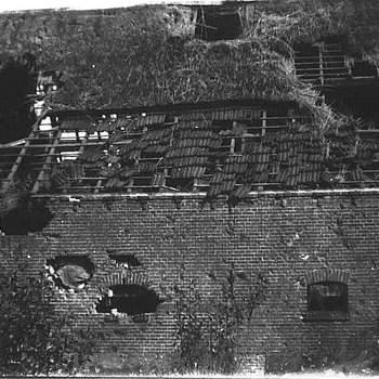 Boerderij beschadigd als gevolg van oorlogsgeweld in 1945. Welke boerderij het betreft is niet bekend.  WOII.,wo