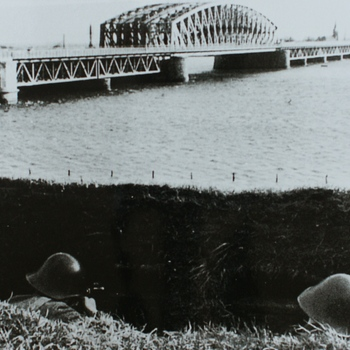 het uit de 19de eeuw stammende fort aan de IJssel bij Westervoort werd in de jaren dertig ingericht voor de verdediging van de bruggen over de IJssel. Op de voorgrond liggen Hollandse soldaten met open loopgraven de brug in de gaten te houden 1040.  WOII.