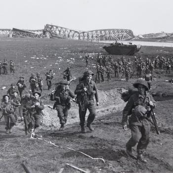 Doorsteek van de Canadezen over de IJssel, de opmars naar Arnhem begint. Fort Westervoort is veroverd op de Duitsers, de Canadezen zijn met amfibievoertuigen de IJssel overgestoken (april 1945).  WOII.