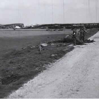 opgeblazen brug over de IJssel (april 1945).  WOII.