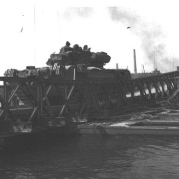 Pontonbrug over de IJssel. Hier het passeren van een zware canadese tank.