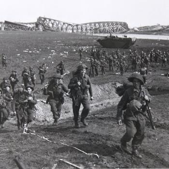 De Canadezen zijn de IJssel bij Westervoort overgestoken. De opmars naar Arnhem begint, fort Westervoort is veroverd op de Duitsers. De Canadezen zijn met amfibievoertuigen de IJssel overgestoken.  WOII.