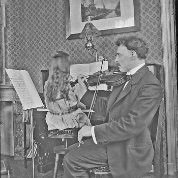 Viool spelende man met piano spelend meisje