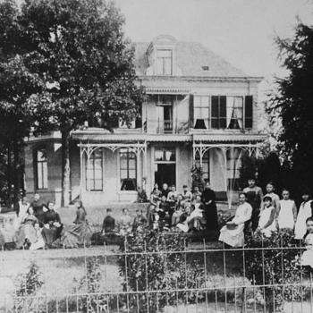 Villa Sterrenberg met groep meisjes van de meisjesschool