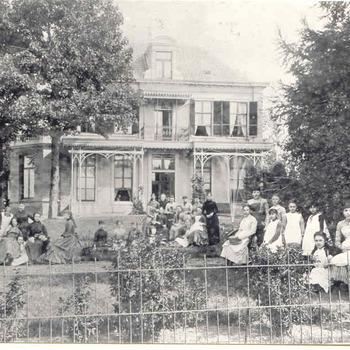 Villa Sterrenberg met de dames van de kostschool in de tuin