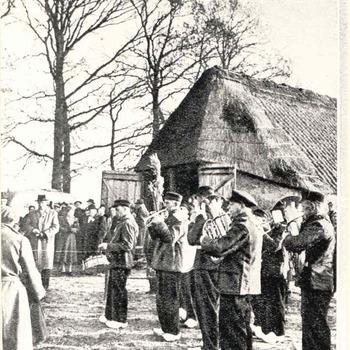 De Lunterse Plaggemeiers bij de schaapskooi bij aankomst van schapen