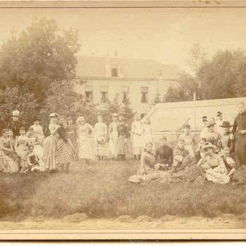 Bewoners van de jongedames-kostschool in de tuin van Villa Sterrenberg