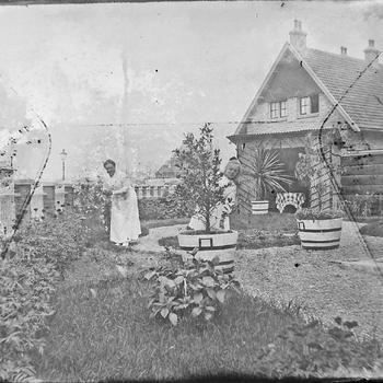 Vrouw en meisje in tuin