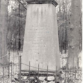 Bennekom - Herdenkingszuil bij kasteel Hoekelum