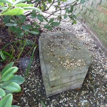 """Basement """"Fragment van een basement, altaar of poort"""" steen"""