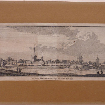 """Gravure """"De stad Deutinchem langs den ouden Yssel"""" op papier gedrukt naar een tekening van Jan de Beijer, 1743"""