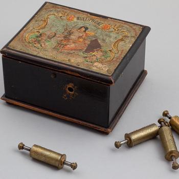 Kinderspeeldoosje met 5 verwisselbare cilinders waarschijnlijk gefabriceerd door CHU rond 1875