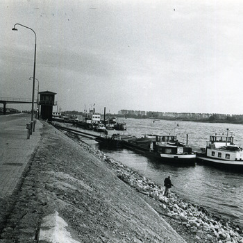 Zwart-wit foto van de kade in Tolkamer