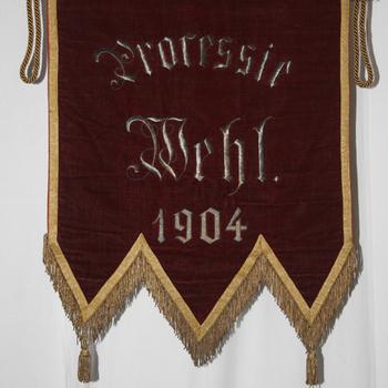 Vaandeltje van fluweel met de tekst 'Processie Wehl 1904'