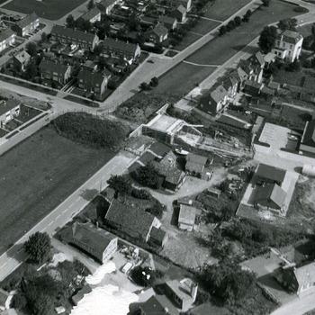 Zwart-wit luchtfoto van het dorp Lobith ca. 1950-1980