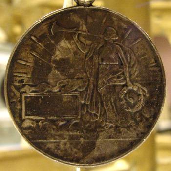 Medaille van metaal behorende bij het vaandel van de R.K. Muziekvereniging St. Joseph, circa 1929 Didam.
