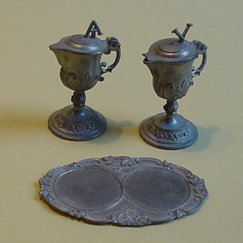 Kinderspeelgoed van tin benodigheden voor het vieren van de eucharistie
