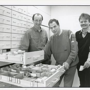 Zwart-wit foto van huisartsen in de nieuwe apotheek in Tolkamer door John Scholten ca. 1990