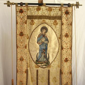 Vaandel van stof voorstellende Maria op maansikkel gebruikt in de R.K. Parochie H. Maria Onbevlekt Ontvangen te Lobith