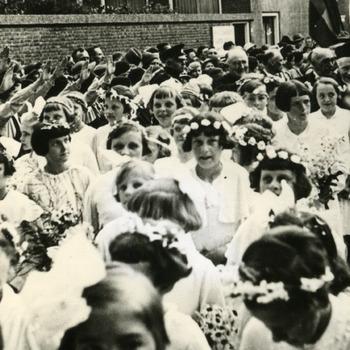 Zwart-wit foto van de processie in Herwen ca. 1950