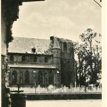 Ansichtkaart van de Martinuskerk op de Kerkstraat 2 met het kerkhof, met de toren gebombardeert na de Tweede Wereldoorlog in Pannerden