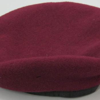 Baret van wol van het uniform van de Engelse 1ste Airborne Divisie in de Slag om Arnhem in september 1944
