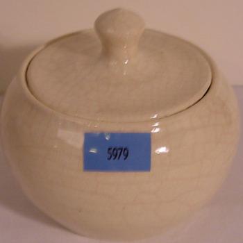 Pot van keramiek crèmekleurig geglazuurd door L. Goldewijk Zevenaar circa 1974-1983