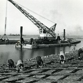Zwart-wit foto van zinkstukken voor de dijkverzwaring in Lobith ca. 1950-1970
