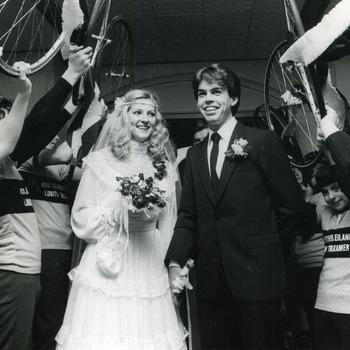 Zwart-wit foto van het huwelijk van Frits van Binsbergen in Lobith door Henk Westerveld 14 januari 1983