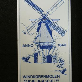 Siertegeltje van aardewerk met een afbeelding van windkorenmolen De Hoop te Oud Zevenaar door Sphinx ca. 1990