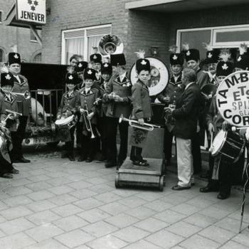 Zwart-wit foto van het tamboercorps ETS Spijk in 1970