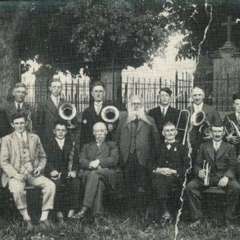 Zwart-wit foto van de muziekvereniging in Herwen ca. 1930