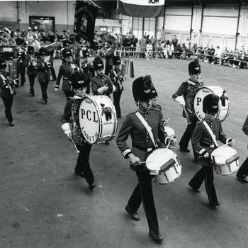 Zwart-wit foto van de drumfanfare P.C.L. te Lobith op 20 oktober 1986