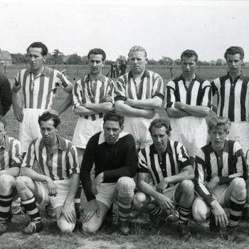 Zwart-wit foto van voetbalclub Carvium bij hun kampioenschap in Herwen op 31 mei 1959