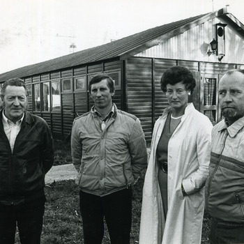 Zwart-wit foto van het bestuur van het buurthuis van Tuindorp te Tolkamer. 15 november 1984