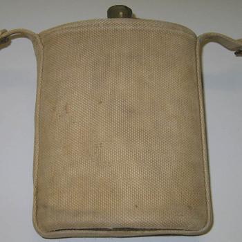 Houder van canvas voor een veldfles zit aan een militair koppel van canvas horend bij het uniform van de Engelse 1ste Airborne Divisie in de Slag om Arnhem in september 1944