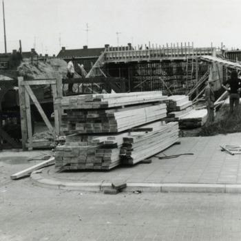 Zwart-wit foto van de bouw van een tunnel te Lobith. ca. 1974