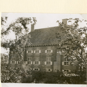 Zwart-wit foto van de gerestaureerde Havezathe Huis Aerdt in Herwen in augustus 1966.