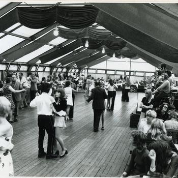 Zwart-wit foto van het schuttersfeest in Spijk 1978