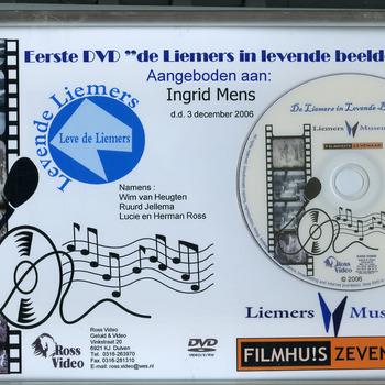 Eerste DVD in lijst van de film 'De Liemers in Levende Beelden' aangeboden aan Ingrid Mens ter gelegenheid van het verschijnen van de film door Ross Video Duiven op 3 december 2006