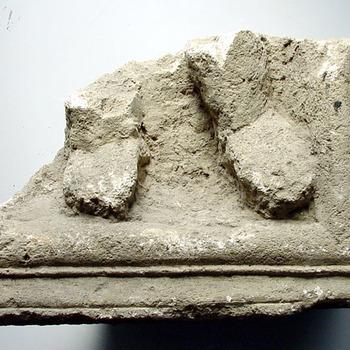 Fragment van een grafsteen opgebaggerd uit de Bijland 12 voor Chr. tot 450 na Chr.